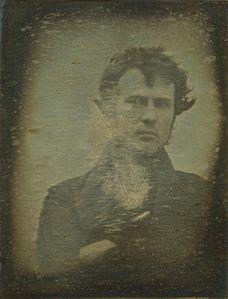 El primer autorretrato fotográfico que se conoce lo hizo Robert Cornelius en 1839.